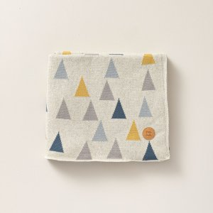 blanket_with_triangle_printed_art_design_for_nursery_petite_amelie