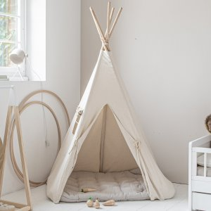 tipi speeltent uit canvas met houten stokken en matras | off white | made by Petite Amélie
