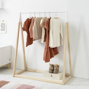 toddlers-wooden-clothing-rack-petite-amelie-1